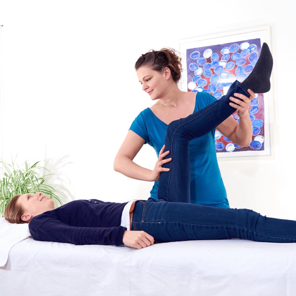 צופיה שטייר מדגימה בדיקת השריר ששייך למעי הדק - קינסיולוגיה יישומית לפי ג'ורג' גודהארט