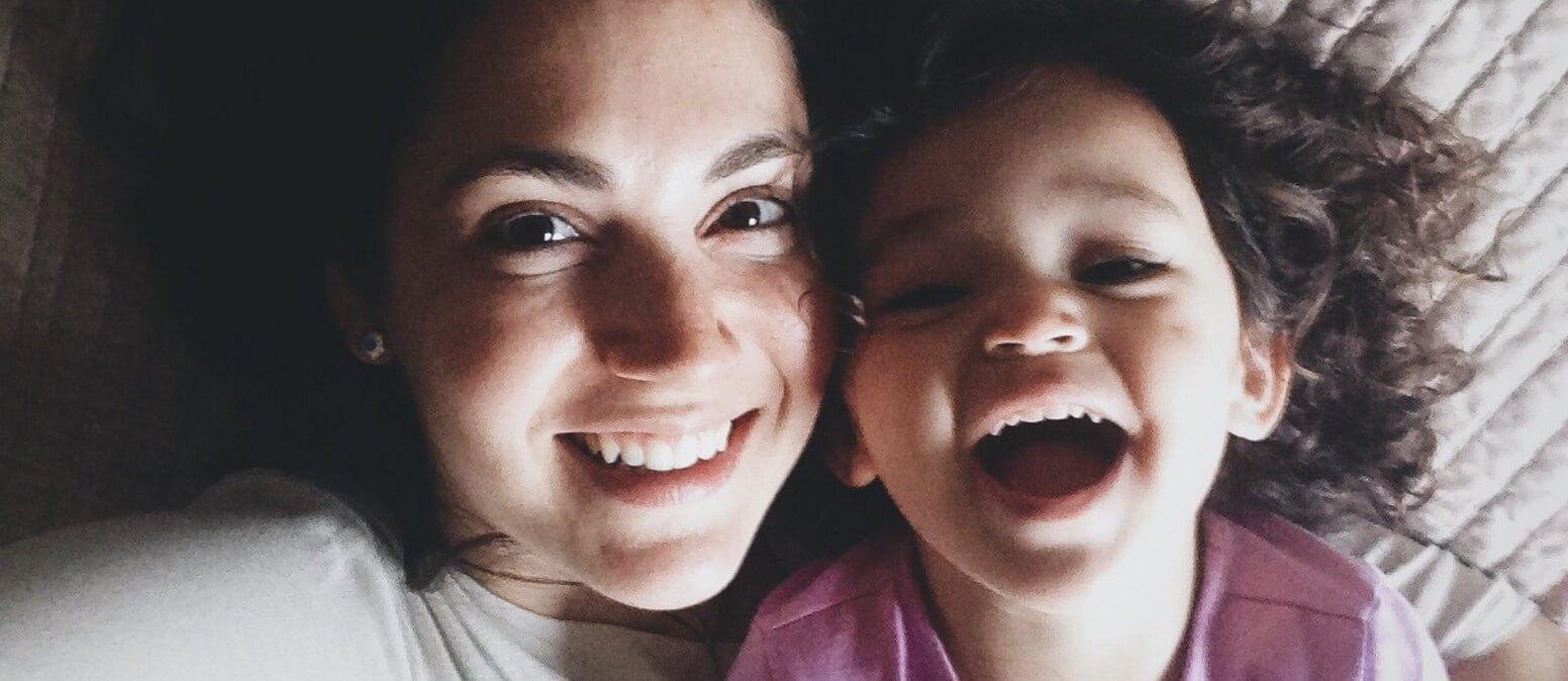 אמא ובת שצוחקות ביחד ושומרות על אופטימיות